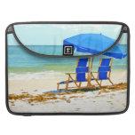 Playa, paraguas, océano y sillas funda para macbook pro