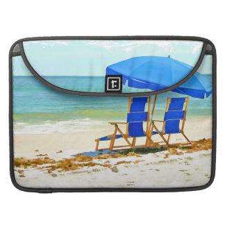Playa, paraguas, océano y sillas funda macbook pro