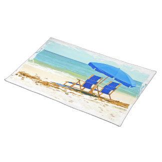 Playa, paraguas, océano y sillas mantel individual