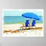 Playa, paraguas y sillas en la orilla poster