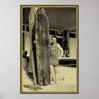Playa que practica surf en fan de deportes de la r póster