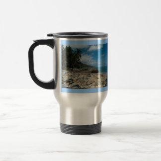Playa rocosa con las palmeras taza de viaje de acero inoxidable