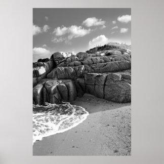 playa rocosa en el condado Donegal Póster