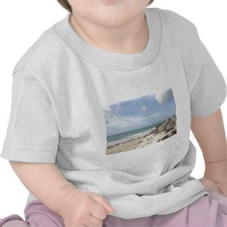 Playa rocosa en el puerto Lucaya, puerto franco, B Camiseta