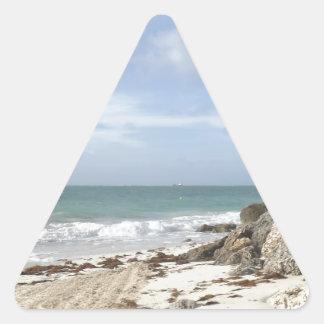 Playa rocosa en el puerto Lucaya, puerto franco, Pegatina Triangular