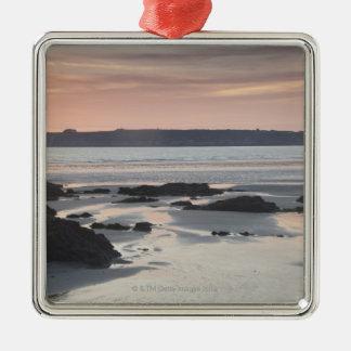 Playa rocosa en la puesta del sol adorno cuadrado plateado