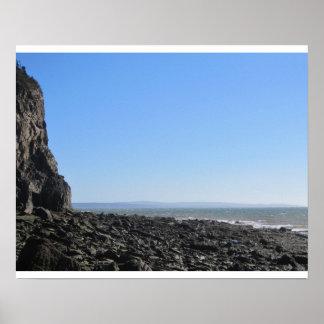 playa rocosa póster