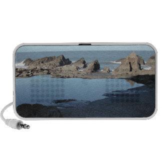 Playa rocosa. Vista costera escénica Notebook Altavoz