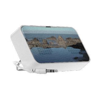 Playa rocosa. Vista costera escénica Altavoces