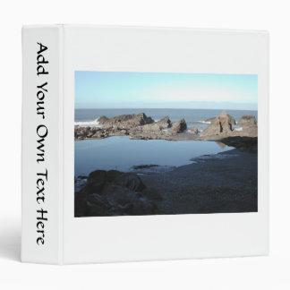 """Playa rocosa. Vista costera escénica Carpeta 1 1/2"""""""
