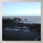 Playa rocosa. Vista costera escénica Poster