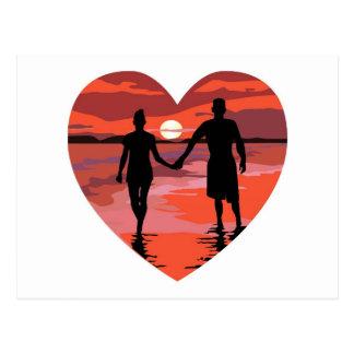Playa roja de la puesta del sol del corazón que postales