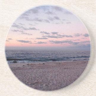 """""""Playa rosada y azul en práctico de costa del aman Posavasos Cerveza"""