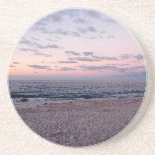 """""""Playa rosada y azul en práctico de costa del aman Posavasos Para Bebidas"""