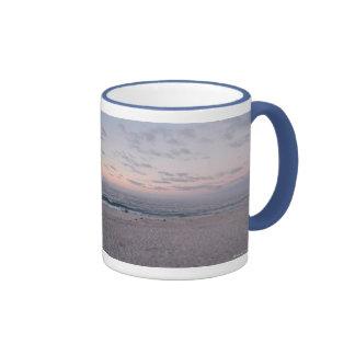 """""""Playa rosada y azul en taza del amanecer"""""""