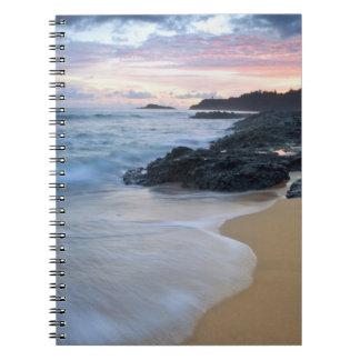 Playa secreta en el amanecer libreta