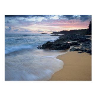 Playa secreta en el amanecer tarjetas postales