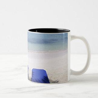 Playa, sillón, palmera, horizonte encima tazas de café