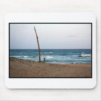 Playa solitaria del árbol tapete de raton