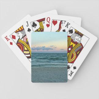 Playa temática, una playa con las arenas blancas, barajas de cartas