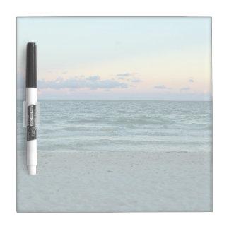 Playa temática, una playa con las arenas blancas, pizarras blancas
