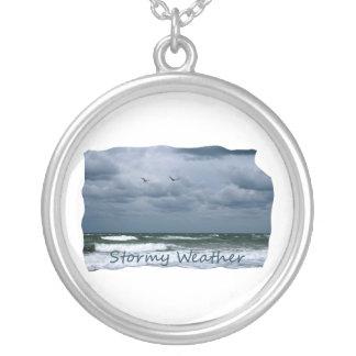 Playa tempestuosa con el texto de la imagen de las colgante redondo