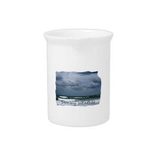 Playa tempestuosa con el texto de la imagen de las jarras de beber