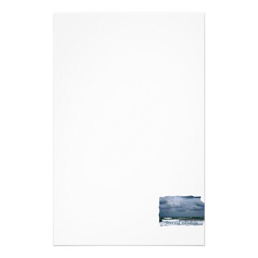 Playa tempestuosa con el texto de la imagen de las  papeleria de diseño