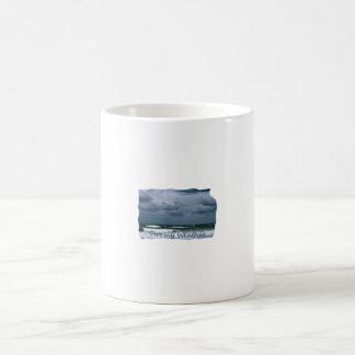 Playa tempestuosa con el texto de la imagen de las taza básica blanca