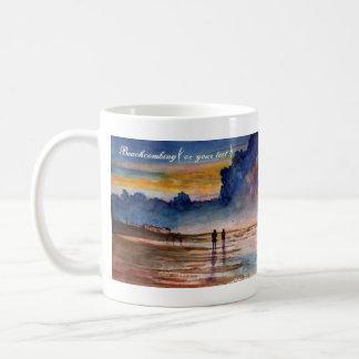 Playa tempestuosa de la puesta del sol que peina taza básica blanca