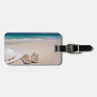 Playa tropical con la etiqueta del gorra y del etiqueta de maleta