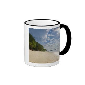 Playa tropical con salida del sol tazas de café