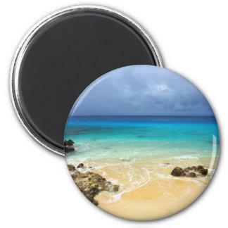 Playa tropical de la isla del paraíso imán redondo 5 cm