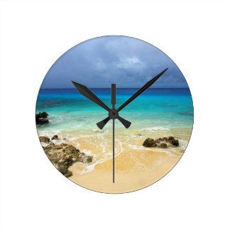 Playa tropical de la isla del paraíso reloj redondo mediano