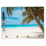 Playa tropical del paraíso pizarras blancas