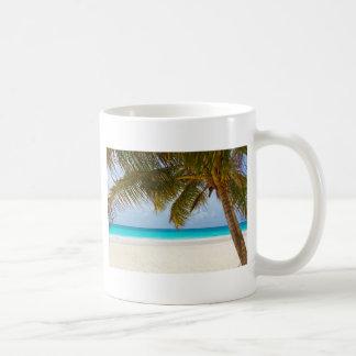 Playa tropical del paraíso taza básica blanca