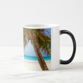 Playa tropical del paraíso taza mágica