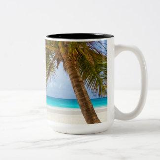 Playa tropical del paraíso taza dos tonos