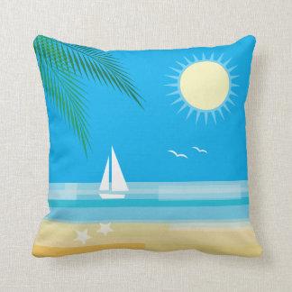 Playa tropical en el cielo azul cojín
