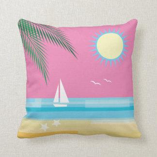 Playa tropical en el cielo rosado cojín
