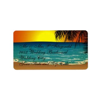 Playa tropical en la puesta del sol etiquetas de dirección