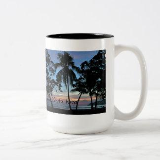 Playa tropical en la puesta del sol taza de dos tonos