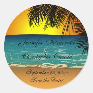 Playa tropical en la reserva del boda de la puesta pegatina redonda