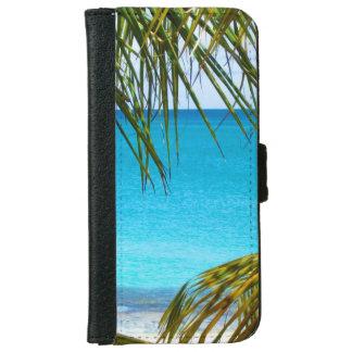 Playa tropical enmarcada con las frondas de la funda cartera para iPhone 6