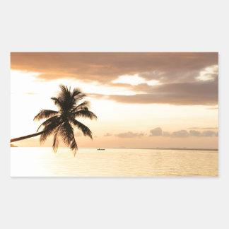 Playa tropical franjada palma del paraíso en la pegatina rectangular