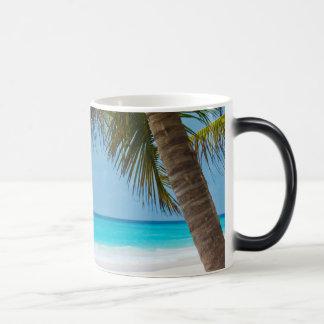 Playa tropical perfecta del paraíso taza mágica