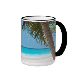Playa tropical perfecta del paraíso taza a dos colores