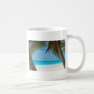 Playa tropical perfecta del paraíso taza básica blanca