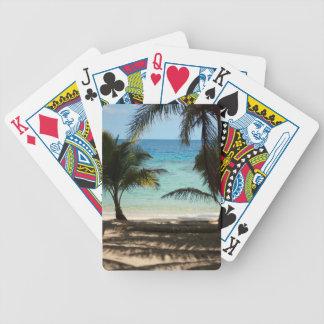 Playa tropical sombreada por las palmas cartas de juego