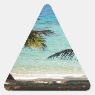 Playa tropical sombreada por las palmas calcomania trianguladas personalizadas